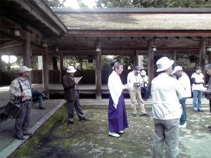 油日神社、宮司さんの説明を聴く参加者ら
