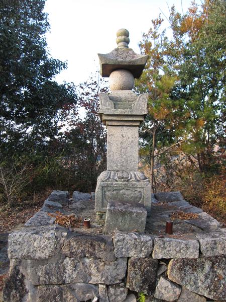 観音寺山城山頂に建つ宝篋印塔