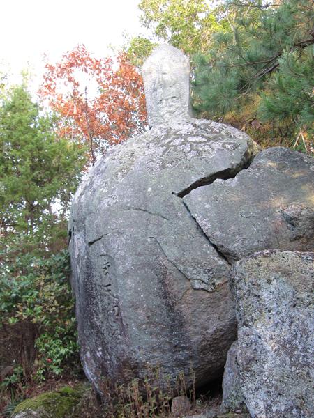 観音寺山城北側の天狗岩