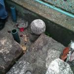 牛地蔵脇の中世石造物の破片?