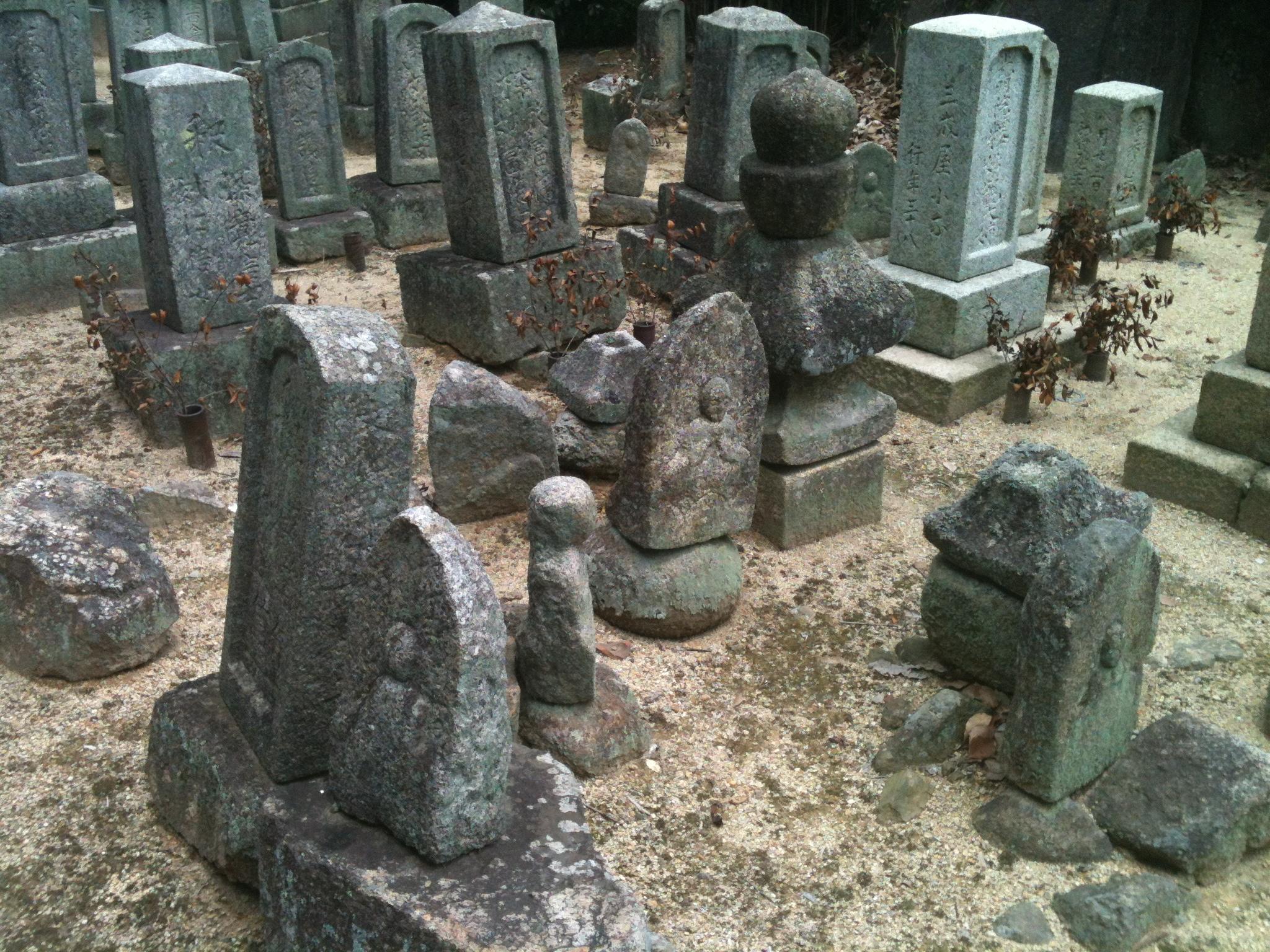 万福寺裏石造物残片