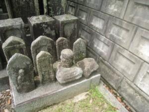 本安寺裏山石造物