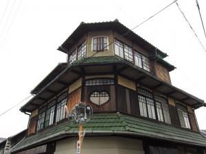 木造3階建ての「旧マネキ洋品店」大正頃の建物のようです