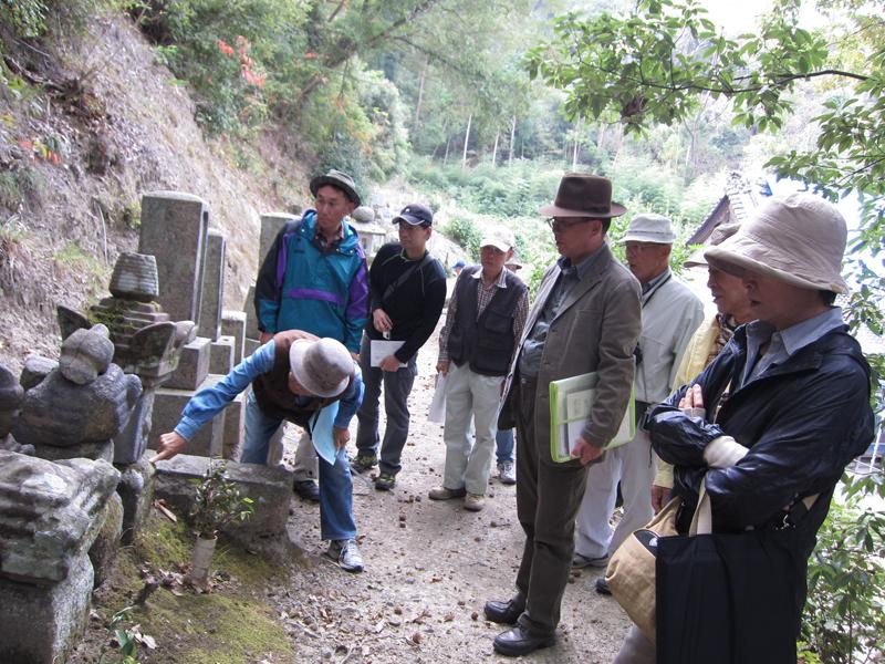 ずらりと並んだ石造物を前に、解説に熱が入るS部会長。