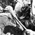 「ササラ竹」で子供たちをたたくベッチャー祭りの鬼「ショウキ」