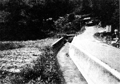 左は黄龍山からの川、右はケイホウの河原からの川