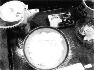 某店の「うずみ」。食べるときは、上の土瓶の出汁をかけて食べる。