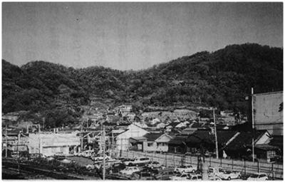 城跡が残る竜王山(右側の山頂)