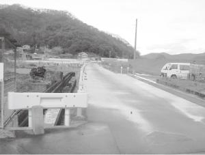 ⑧道路は芦田川の旧土手と伝わる。河原へ下り対岸の中津原へと渡った。