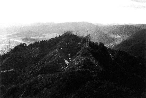 北方より望む八尾山城跡
