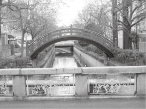⑥胡町と吉津町に架かる「土橋」付近の吉津川の水量は少ない
